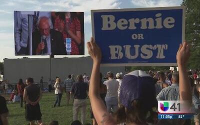 Manifestantes expresan su inconformidad ante elección oficial de Hillary...