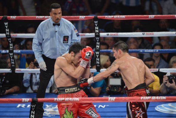 El mexicano nunca soltó  los guantes, se vio muy amarrado durante 11 rou...