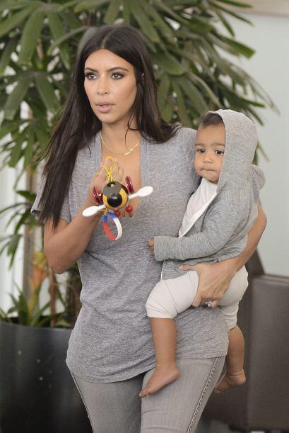 La socialité decidió que madre e hija debían ir vestidas del mismo color.