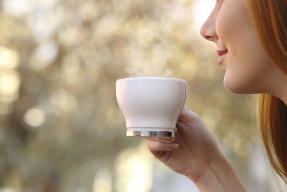 Sirve una medida en una copa de cóctel, añade dos medidas de café negro...