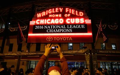 Así se vivió el triunfo de los Cubs fuera del estadio Wrig...