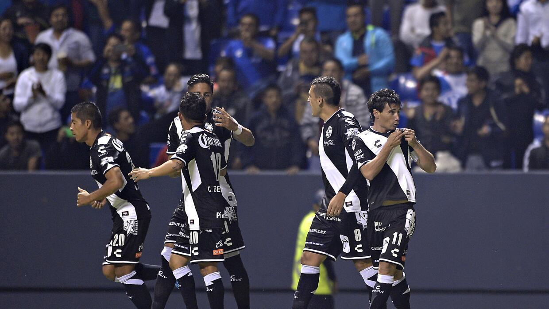 Los jugadores del Puebla festejan el gol ante Boca Juniors.