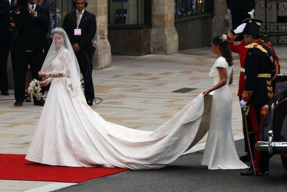 Como ya hiciera la Princesa Diana, la hermana de Kate fue su dama de honor.