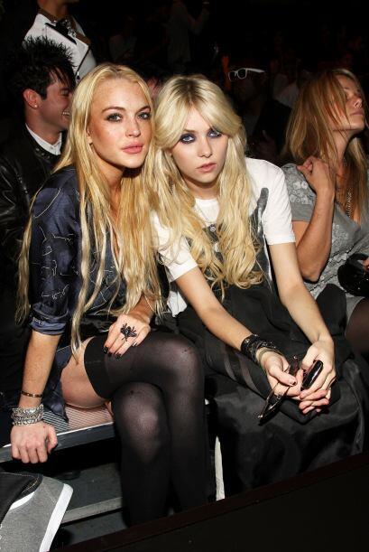 Taylor con una de las reinas del escándalo, Lindsay Lohan.   Más videos...