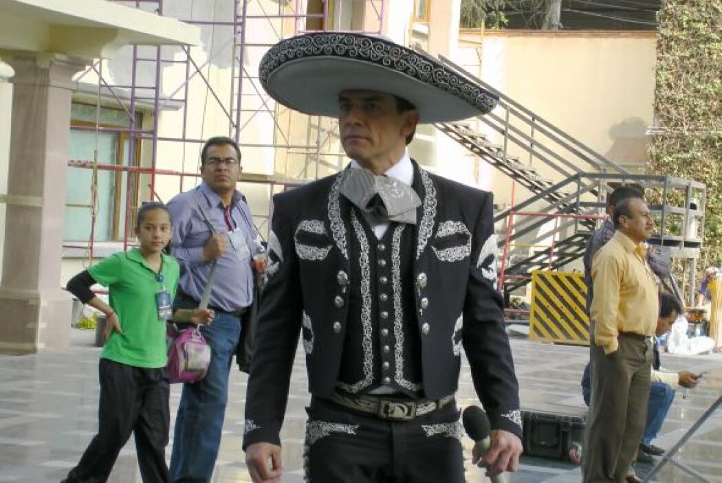 Jorge Salinas, quien interpreta a un mariachi, se presentó vestido como...