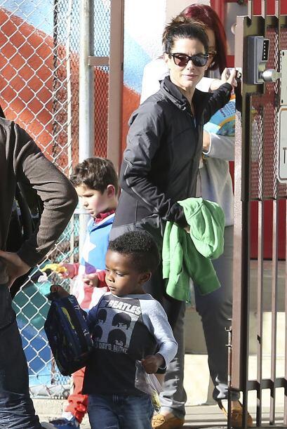 Sandra Bullock fue por su hijito Louis a la escuela, y le detiene la pue...