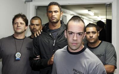 Bruno Fernandes custodiado po la policía tras entregarse en el 2010.