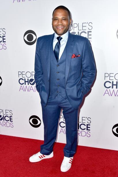 Jamás sigan el ejemplo de Anthony Anderson de usar un traje con unos 'sn...