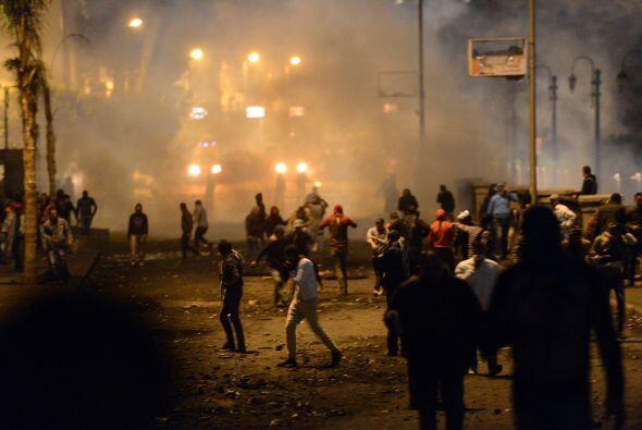 Cientos de manifestantes han tomado las calles en Suez, otro de los foco...