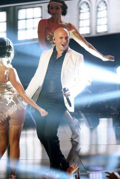 Pitbull muy guapo. El cantante también se sumó a la tendencia del blanco...