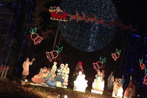 Las familias cantando felices en espera de Santa.