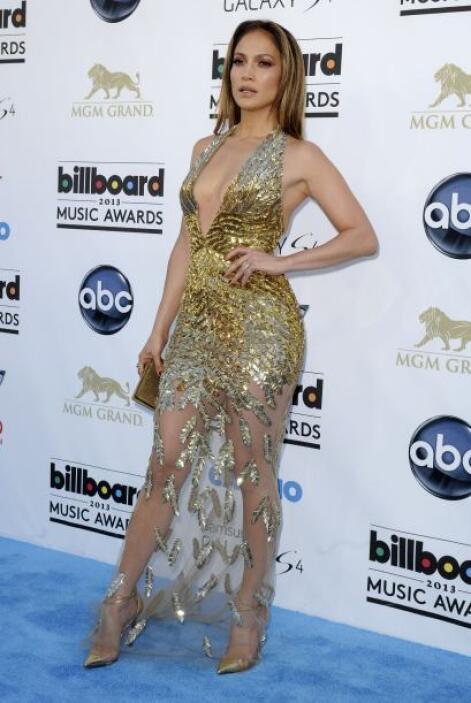 Jennifer Lopez nos regala otro look con minifalda y para aprovechar traj...