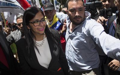 La canciller venezolana Delcy Rodríguez escoltada por militantes...