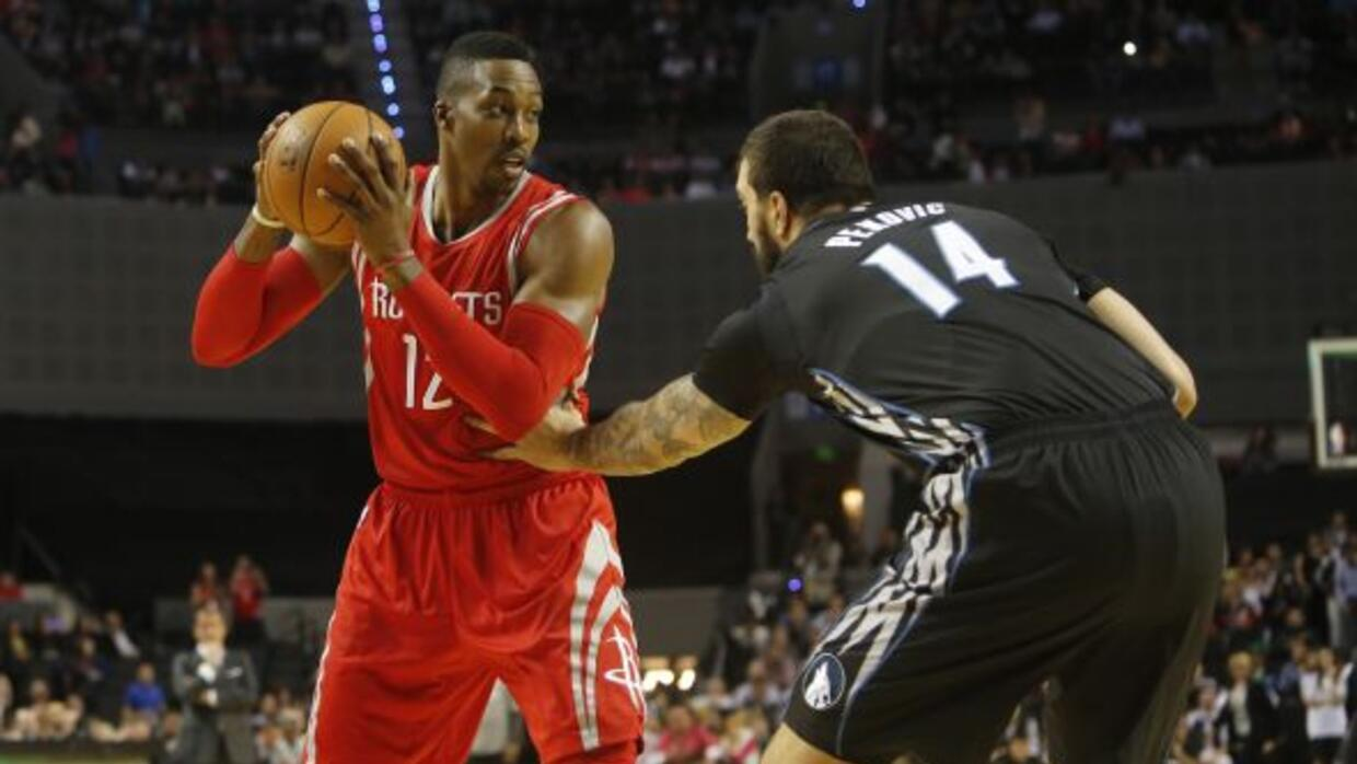 Dwight Howard, con 22 puntos y 10 rebotes, y James Harden con 23 unidade...