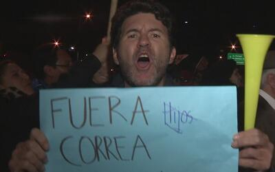 Protestas y crítica contra el Consejo Nacional Electoral de Ecuador por...