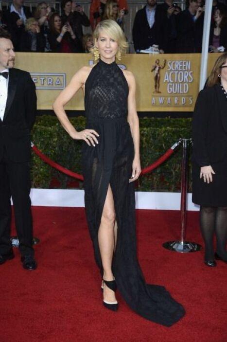 ¡Que alguien llame a Angelina Jolie!, es en serio, Jenna Elfman está dan...