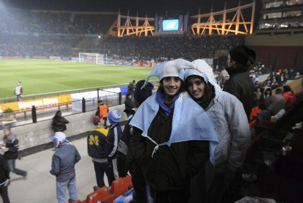 Las bellas argentinas llegaron sonriendo al estadio para ver a su selecc...