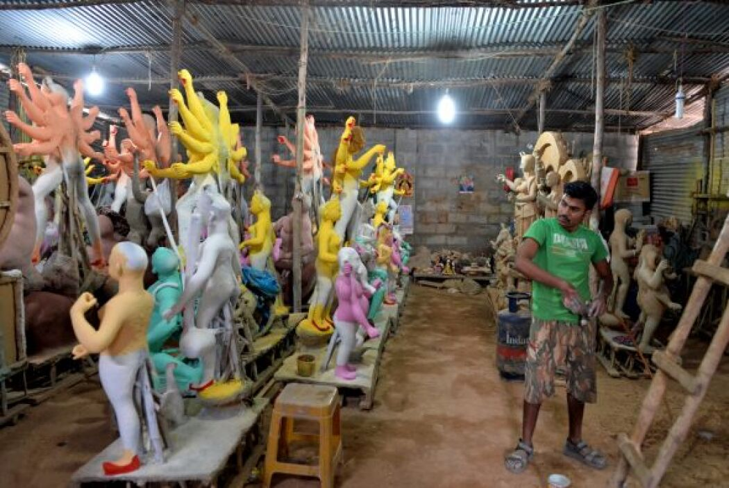 """Artesanos Indios trabajan en la figura de la Diosa hindú """"Durga"""" en un t..."""