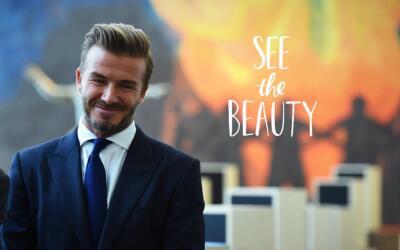 Con este look se ve elegante y muy guapo.