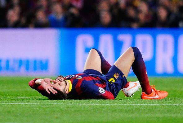 El futbolista ya no pudo seguir jugando y fue reemplazado por Marc Bartra.