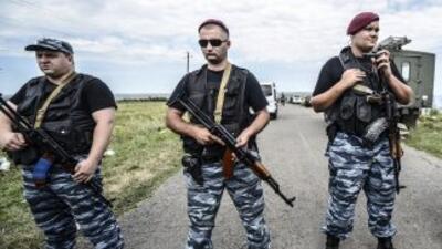 Rebeldes prorrusos en custodia de la zona donde cayó el avión del vuelo...