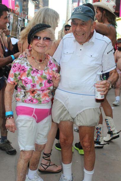 Sin edad: una pareja posa de ancianos no dudó en sumarse al Día Nacional...