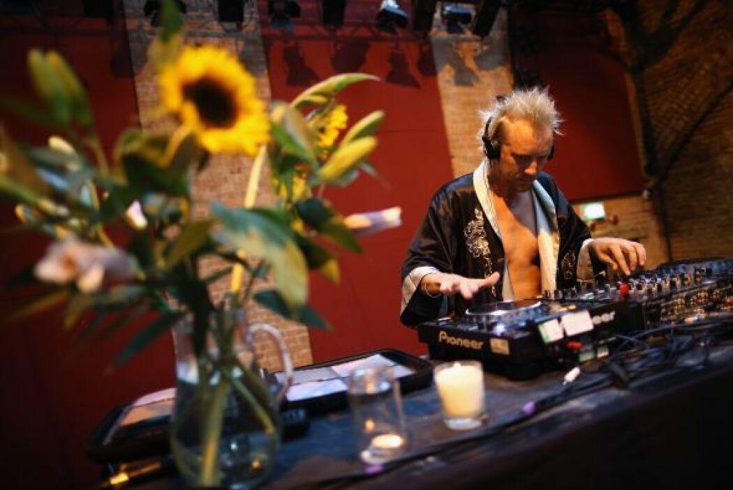 Un DJ toca para los cientos de jóvenes madrugadores que participan en el...