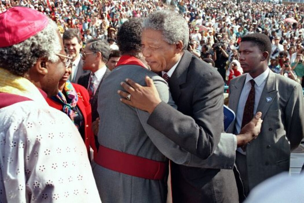 Mandela instó a los sudafricanos de todas las razas a olvidar el pasado...