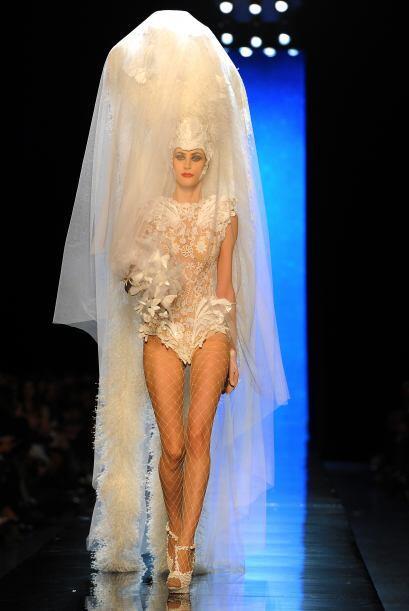 Un extraño vestido de novia con un velo que recubría un en...