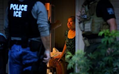 Agentes de inmigración en operativo.