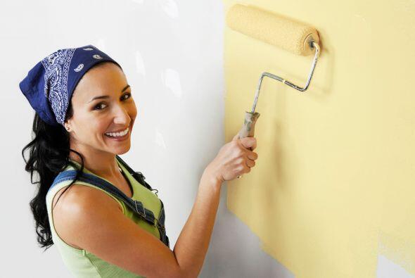 Pinta una pared a la vez. Empieza en una esquina y con el rodillo dibuja...