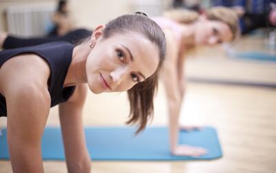 Es Aerial Yoga. Aprende más sobre esta actividad.Es Aerial Yoga. Aprende...