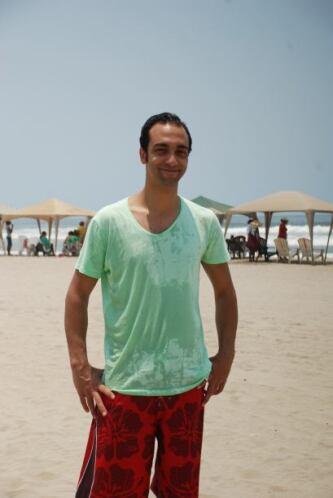 """El actor de """"Corona de Lágrimas"""" caminó un poco por la playa."""