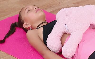 Paz mental para mamás: Mira esta clase de yoga para calmar a niños inqui...