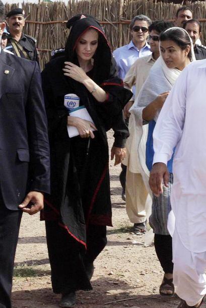 En 2011 viajó a Afganistán en donde sorprendió con su visita a los refug...
