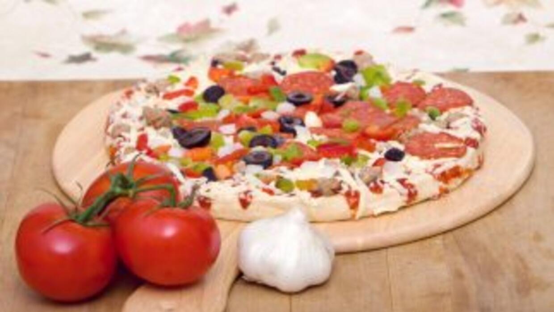 Pizza de peperoni lista para hornear