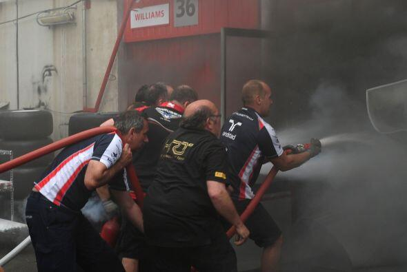 Mientras los técnicos intentaban sofocar el incendio, algunas personas f...