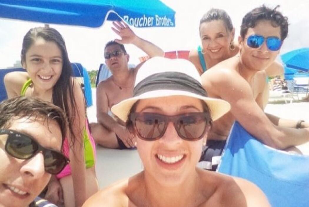 """#Beach #Fun #Family"", mostró Maity. (Julio 26, 2014)"