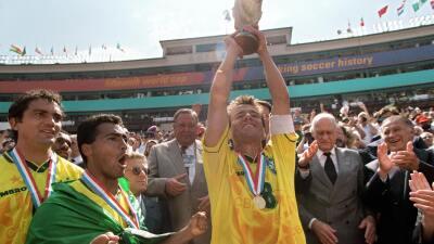 Dunga levanta el trofeo de la Copa Mundial USA 1994
