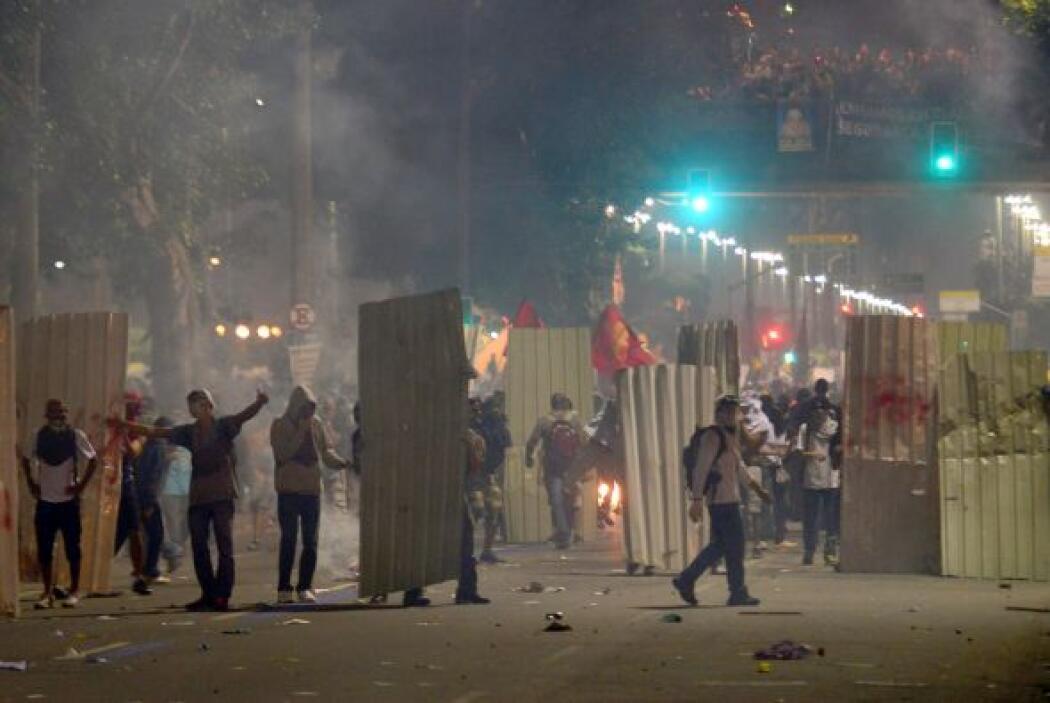 La confrontación comenzó cuando grupos de manifestantes comenzaron a tir...