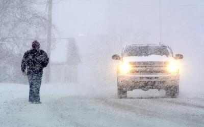 Un transeúnte y un vehículo se desplazan por la Avenida St...
