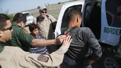Agentes de la Patrulla Fronteriza arrestan a un grupo de indocumentados...