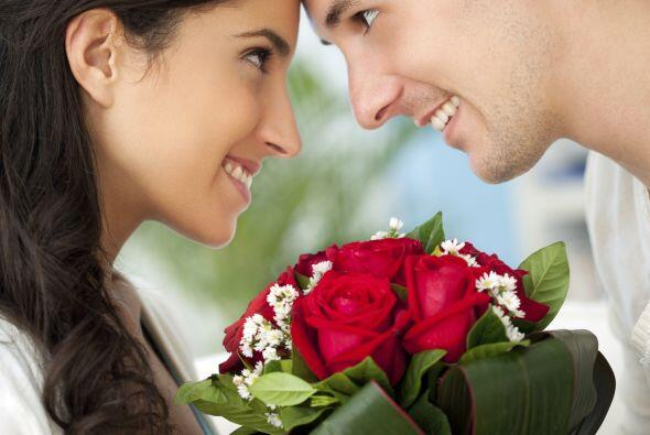 Muchas mujeres se resisten a las flores, pero cuando ven a su pareja lle...