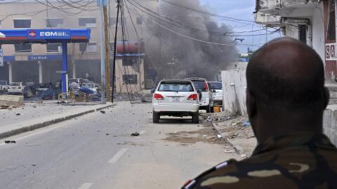 El humo aún sale del coche bomba que explotó afuera del ho...
