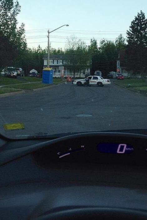 Centenares de agentes de Policía buscan  en un barrio de la localidad ca...