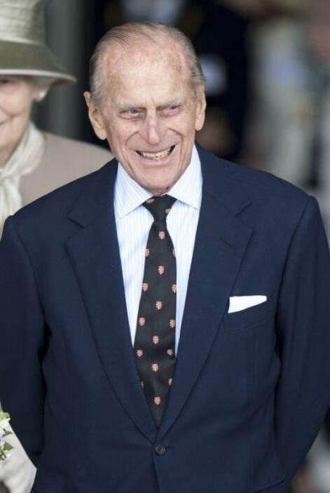 Felipe de Edimburgo: Nació príncipe de Grecia y Dinamarca al ser hijo de...