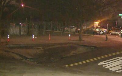 Ruptura de una tubería subterránea provocó un hundimiento en la calle 16...