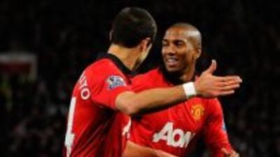 Ashley Young celebra su gol con Javier Hernández.