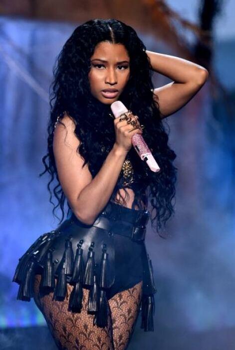 La espectacular Nicki Minaj recibió su reconocimiento como mejor artista...