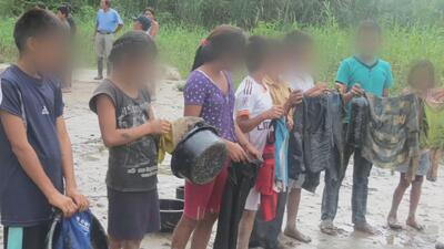 Denuncian que niños indígenas son usados para limpiar derrame de petróle...
